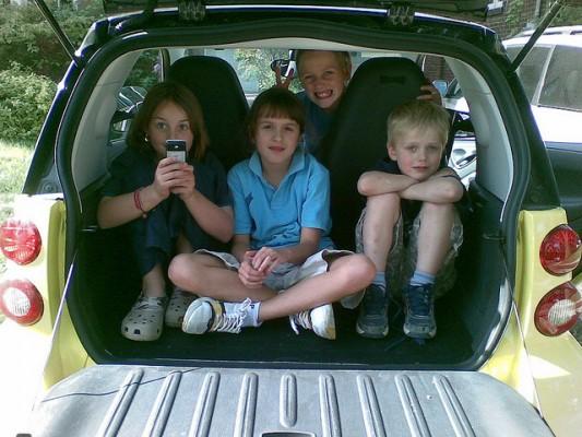 車で移動中、子供たちをケンカも退屈もさせない我が家の遊び2つ