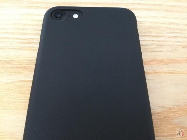 iPhone7用ケース「エアージャケット」ラバーブラックはスベらない