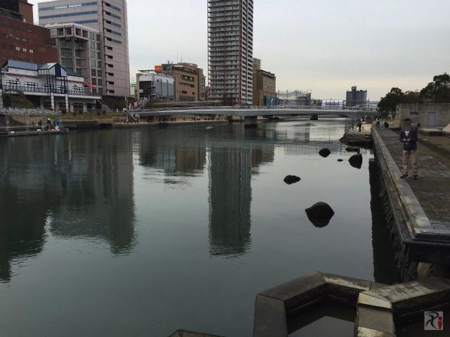 紫川で釣りをする人々