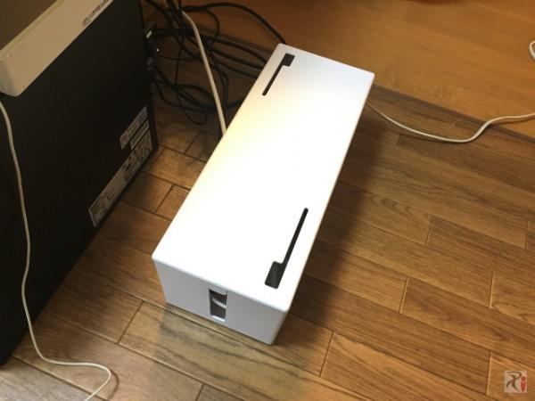 ゴチャゴチャしたコード類や電源タップはケーブルボックスに収納しちゃいましょう