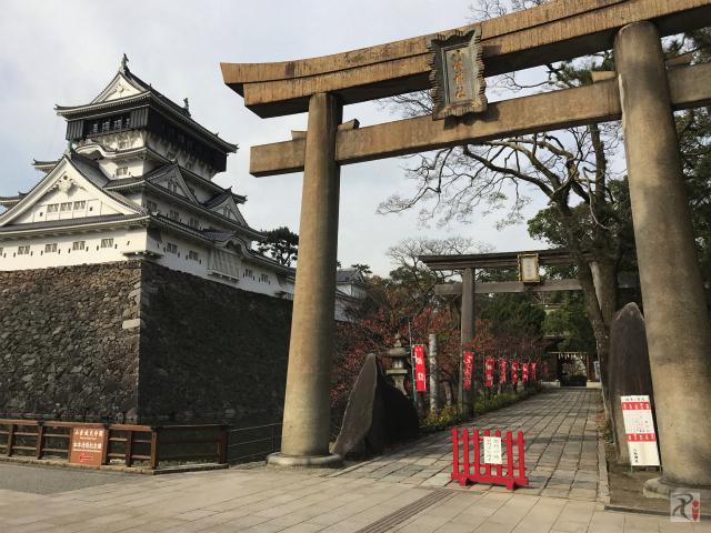 八坂神社の鳥居と小倉城
