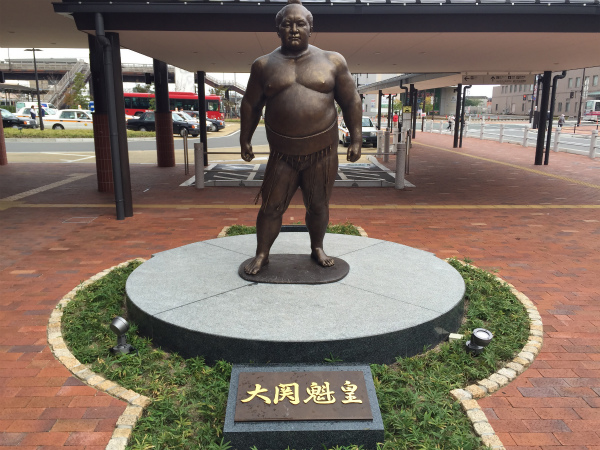直方が生んだ名大関・魁皇の銅像が直方駅前に降臨【Walk直方】