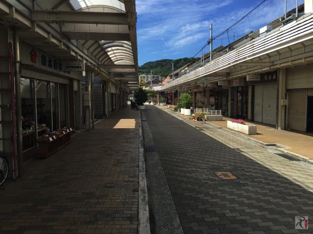 若松駅前の商店街