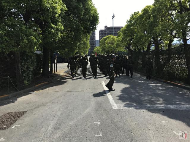 自衛隊員の行進