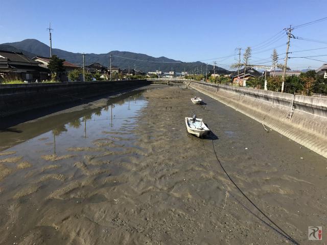 干からびた川と小舟