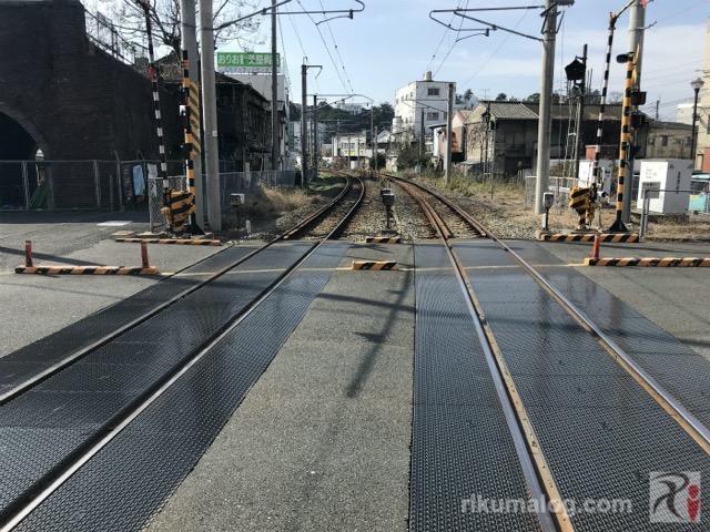 折尾駅東口前の踏切